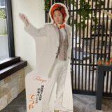 グランドイン東岡崎に設置されている東海オンエア等身大パネル「ウェディングver.」てつや