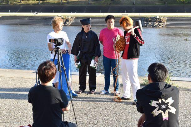 乙川沿いで撮影する東海オンエア