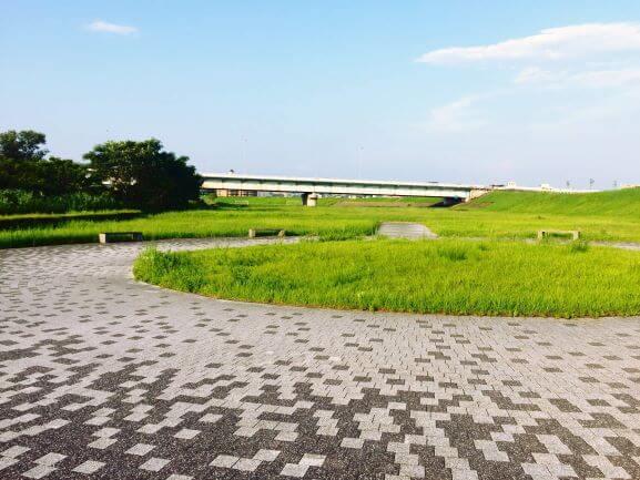 渡橋の下に広がる矢作川沿いの広場