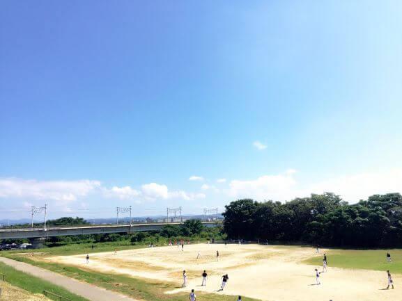 渡橋の下に広がる矢作川沿いの野球場