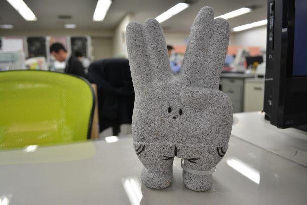 東岡崎駅にある石のピース2乗オブジェ