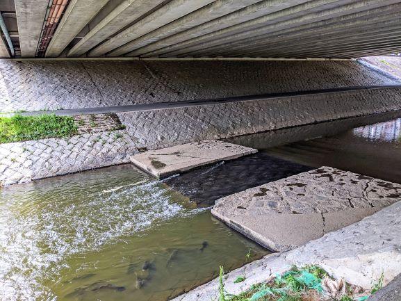 伊賀川と国道1号線の交差橋