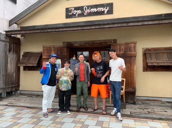 TOP JIMMYの前で記念撮影をする東海オンエア